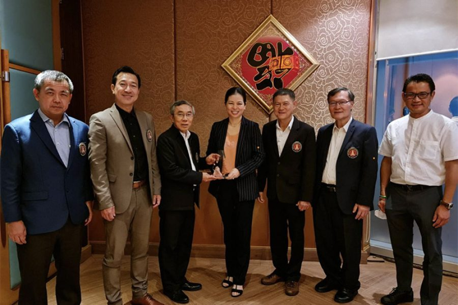President of the Consulting Engineers Association of Thailand presented a souvenir of honor to contributing person.